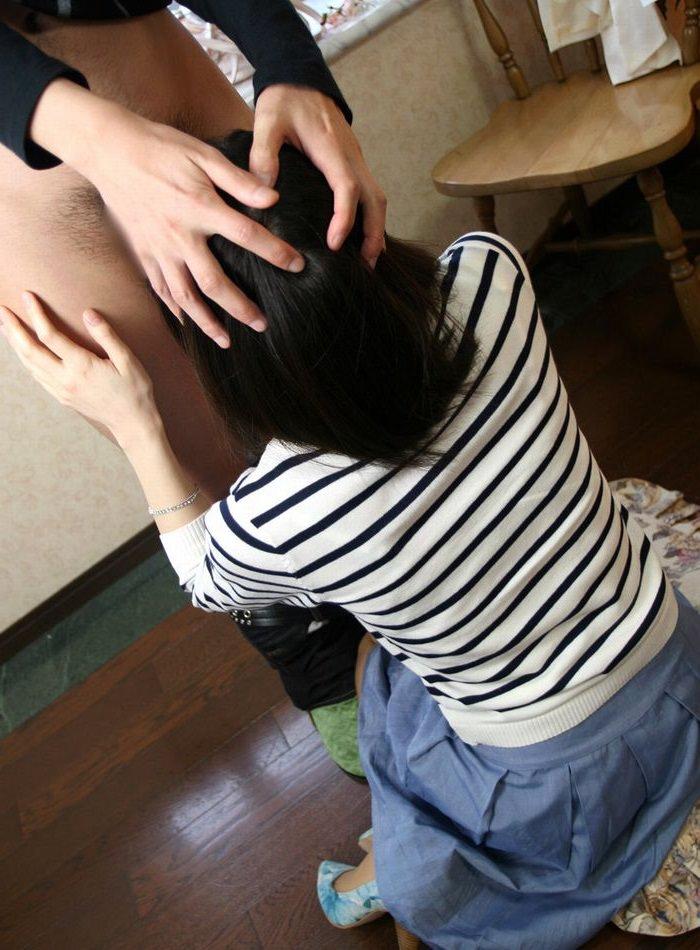 【着衣フェラチオエロ画像】もう待ちきれない!着衣のままチンポ咥えちゃった女子! 51