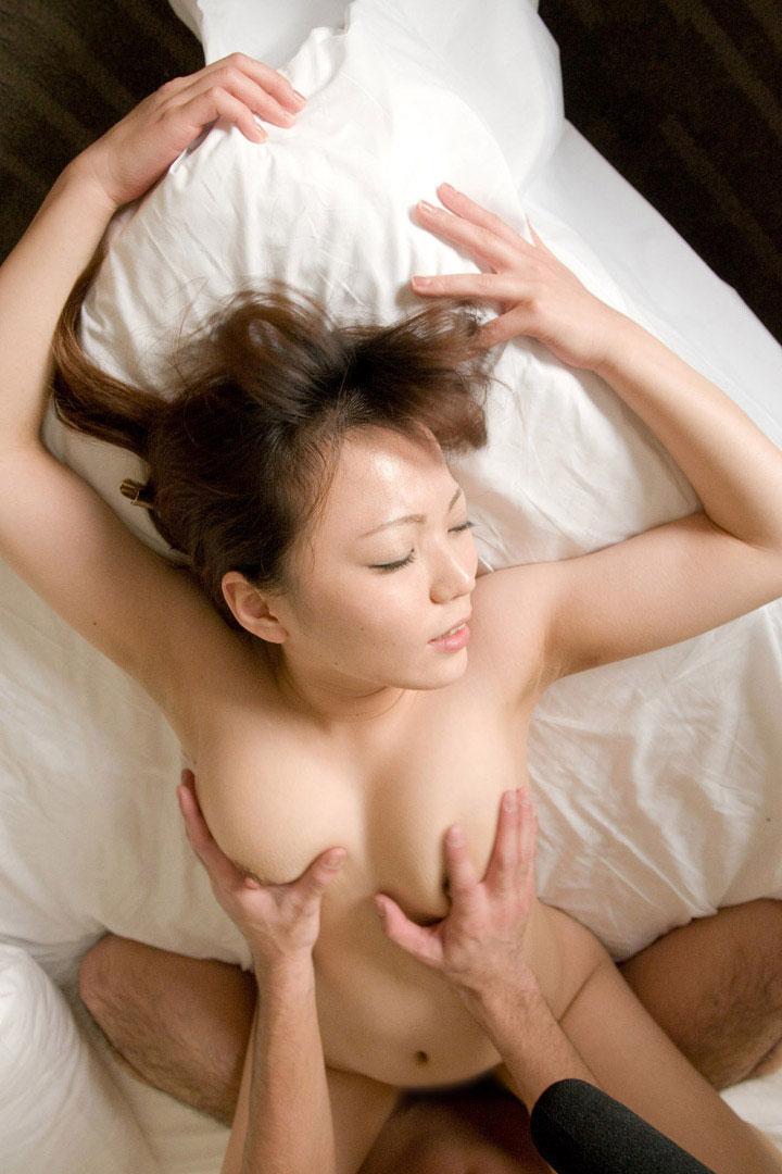 【正常位エロ画像】セックスと聞いて初めに思いつく体位ってこれだよな? 36