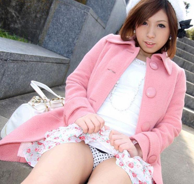 【セルフパンチラエロ画像】女の子からスカートを捲って「見てもいいんだよ?」 03