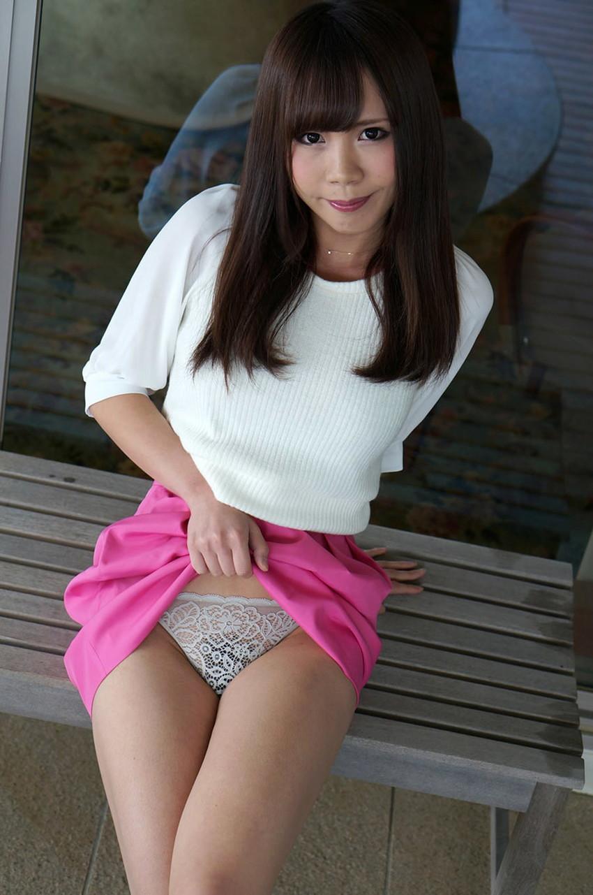 【セルフパンチラエロ画像】女の子からスカートを捲って「見てもいいんだよ?」 10