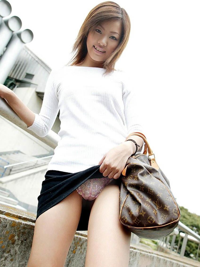 【セルフパンチラエロ画像】女の子からスカートを捲って「見てもいいんだよ?」 38