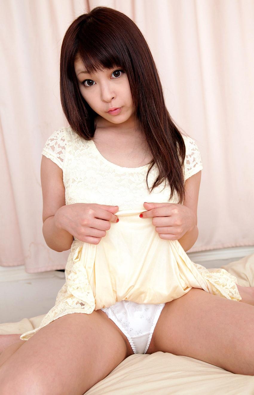 【セルフパンチラエロ画像】女の子からスカートを捲って「見てもいいんだよ?」 39