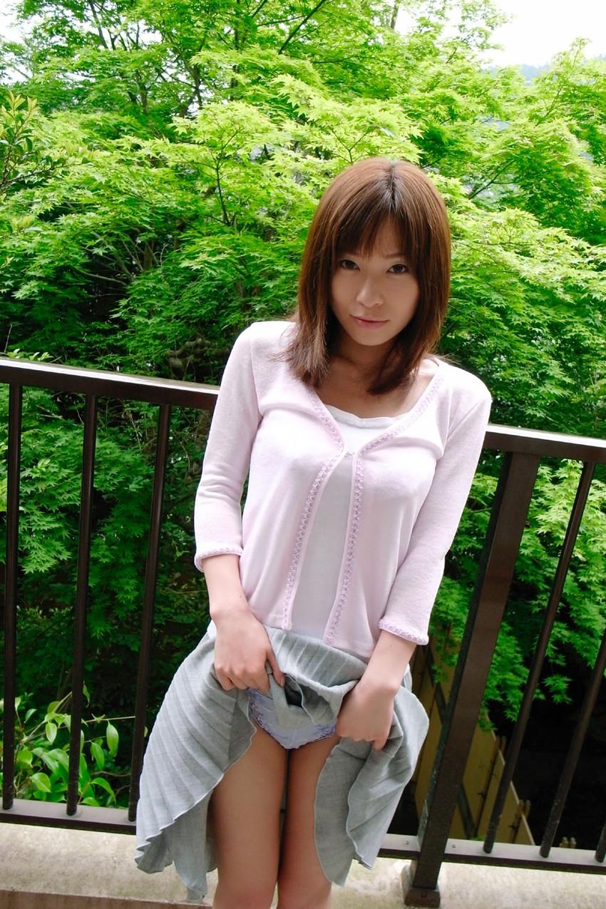 【セルフパンチラエロ画像】女の子からスカートを捲って「見てもいいんだよ?」 41