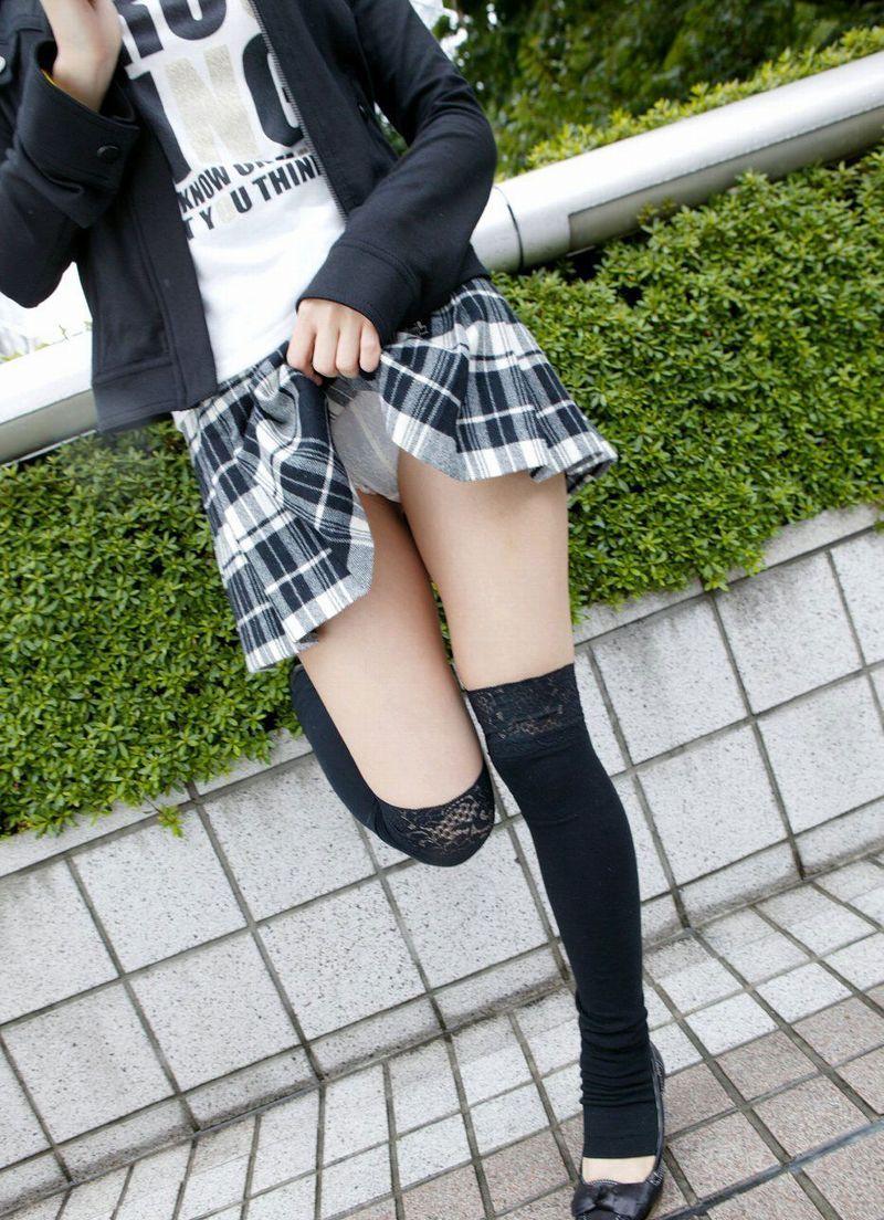 【セルフパンチラエロ画像】女の子からスカートを捲って「見てもいいんだよ?」 49