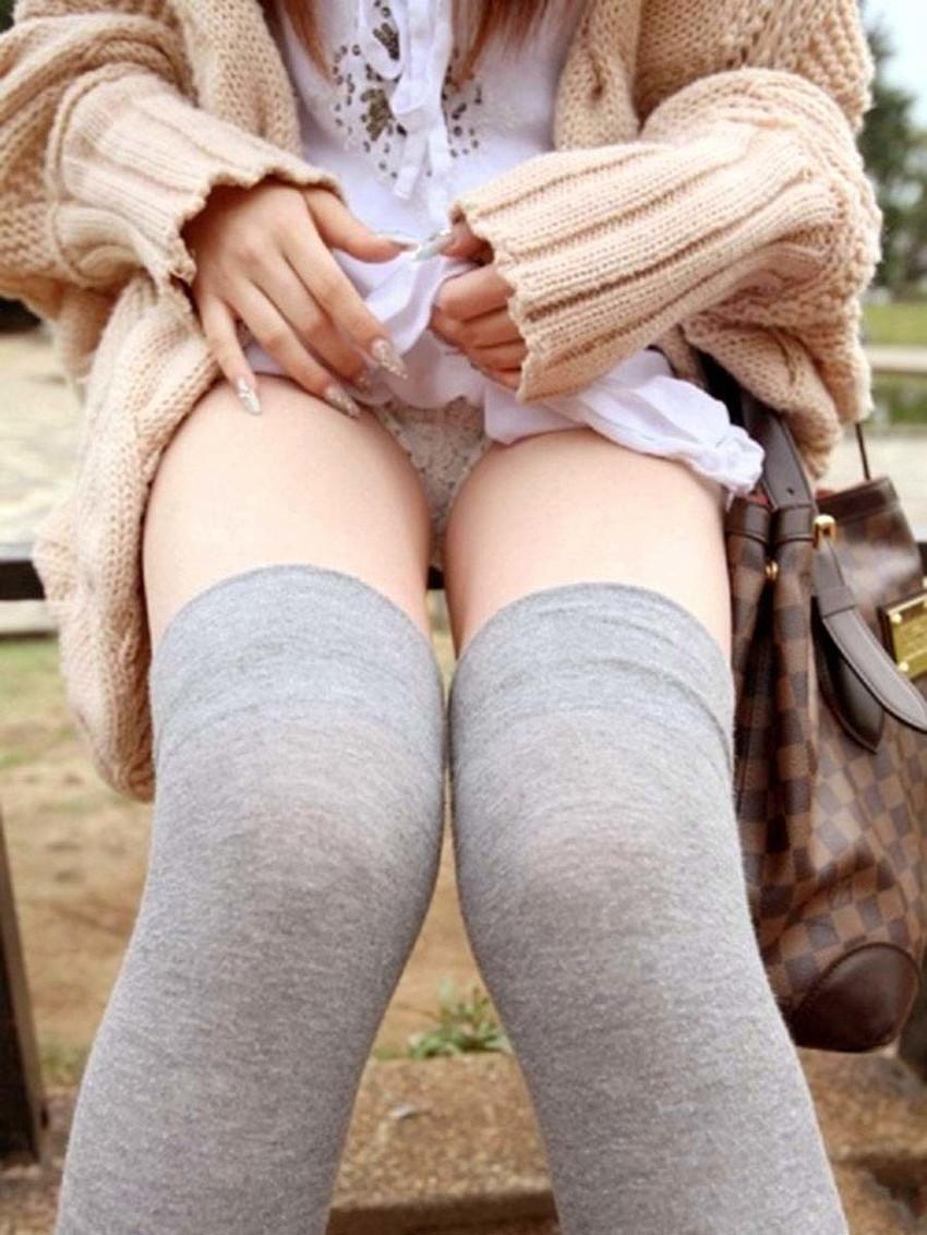 【セルフパンチラエロ画像】女の子からスカートを捲って「見てもいいんだよ?」 53