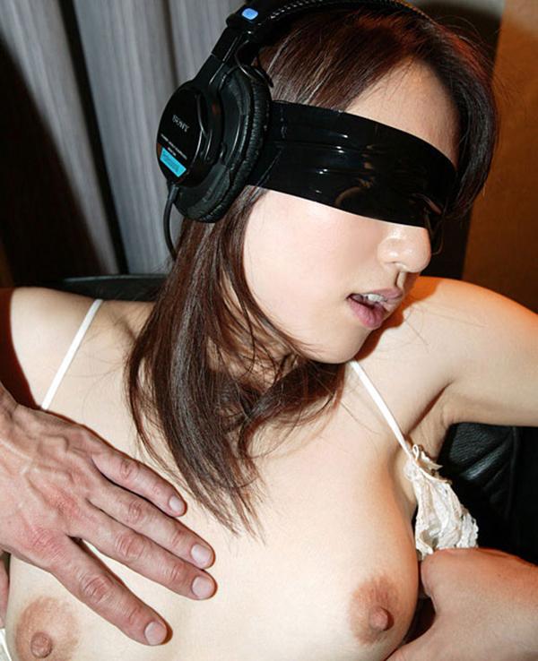 【目隠しエロ画像】視覚をふさがれた女の子の体は研ぎ澄まさたびんかんボディーに! 16