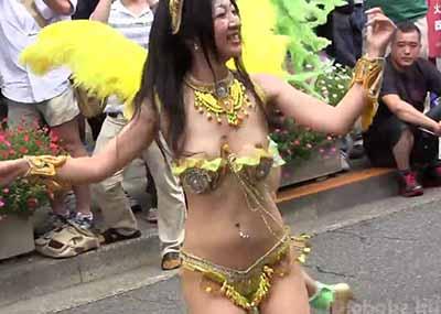 サンバ祭りでJDがお○ぱいポロリ!!乳首丸見えハプニングwwwwwww