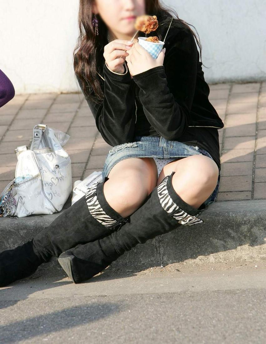 【街中パンチラエロ画像】街中で見つけたパンチラを狙って盗撮したったぜ! 43
