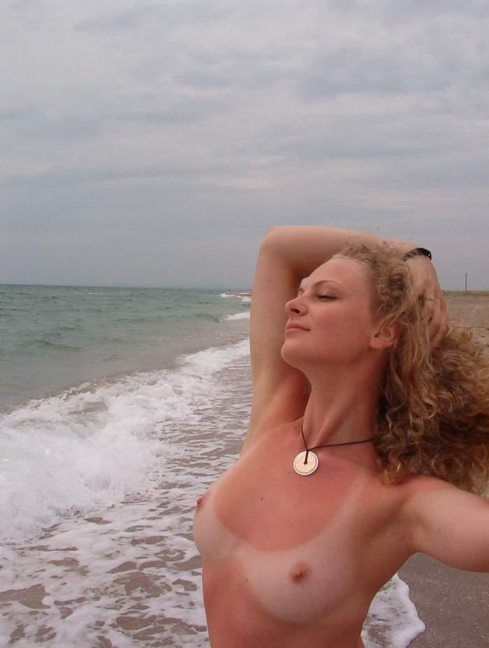 【海外日焼けエロ画像】海外女子の日焼け跡の残る裸体が堪らなくエロいんだがw 11