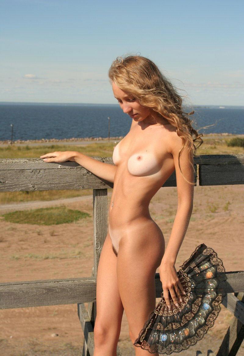 【海外日焼けエロ画像】海外女子の日焼け跡の残る裸体が堪らなくエロいんだがw 23