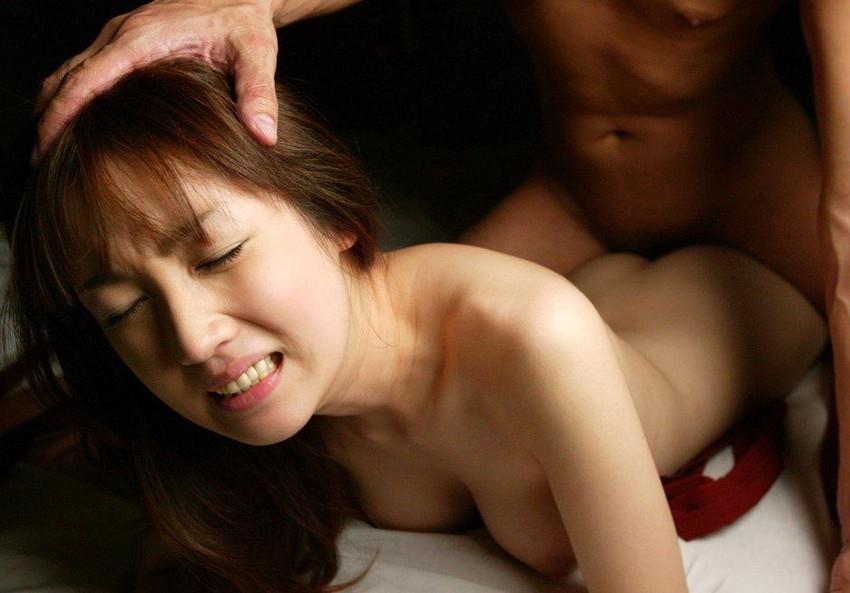 【寝バックエロ画像】女の子は寝そべったままリラックス状態でセックス可能? 04