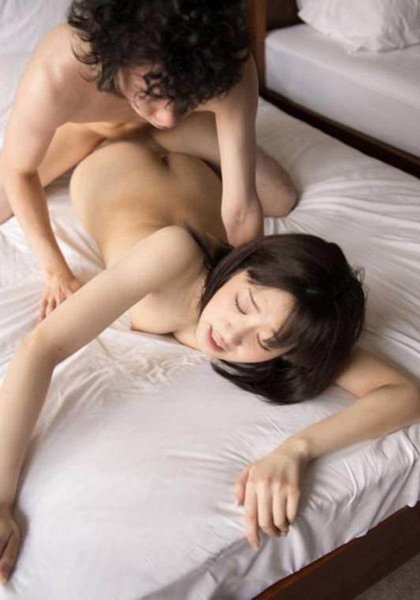 【寝バックエロ画像】女の子は寝そべったままリラックス状態でセックス可能? 31