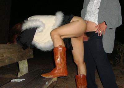 【野外セッ○スエ□画像】秋の夜長はセッ○スで楽しむ…そんな素人カップルの青姦エ□画像
