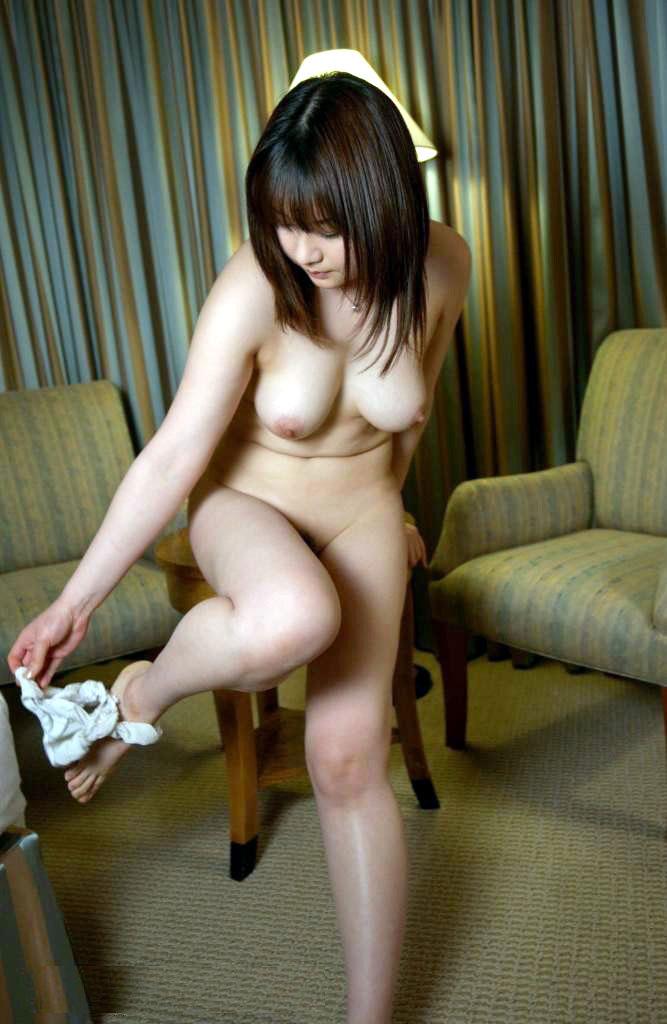 【パンツ半脱ぎエロ画像】パンティー脱ぎかけた女の子がすっごくセクシー! 19