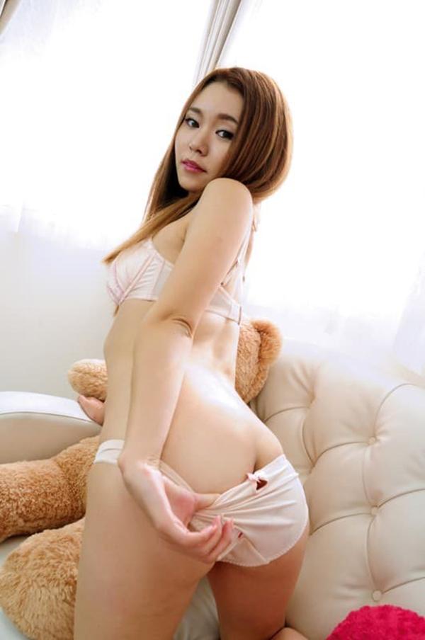 【パンツ半脱ぎエロ画像】パンティー脱ぎかけた女の子がすっごくセクシー! 31