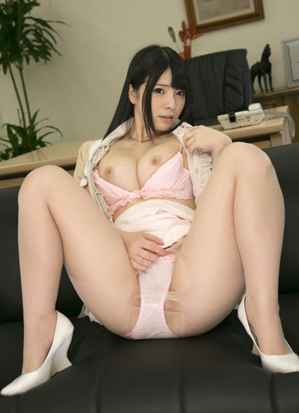 【M字開脚エロ画像】女の子の股間を見せるポーズならこれほど理にかなったポーズはない! 17