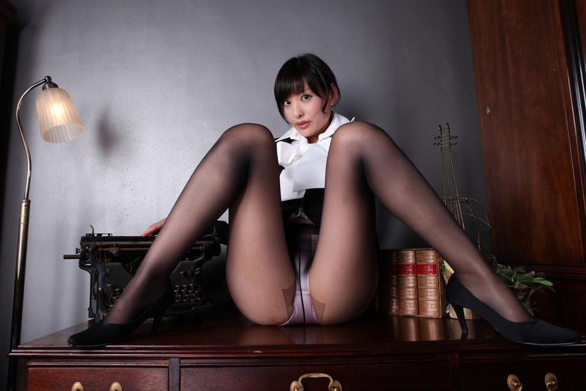 【M字開脚エロ画像】女の子の股間を見せるポーズならこれほど理にかなったポーズはない! 18