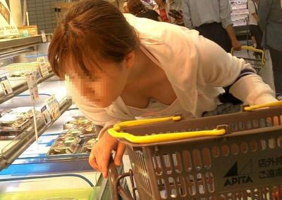 【人妻】スーパーやデパートで買い物中の主婦の胸チラ、パ○チラ、パン線・・・画像32枚