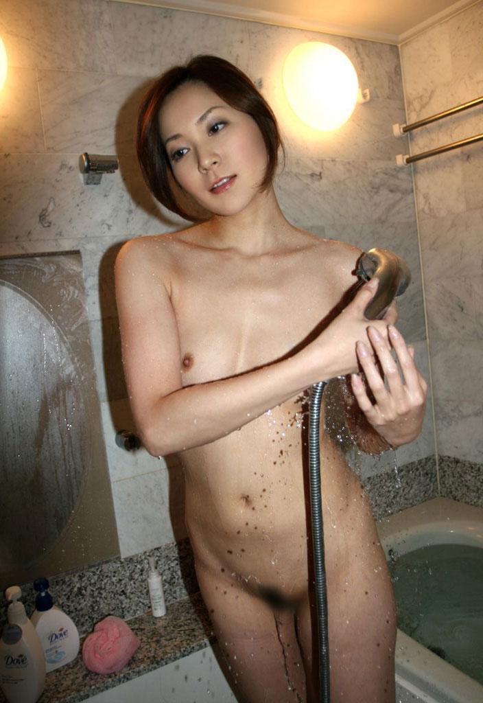 【シャワーエロ画像】寒い日にはシャワーで温まるのが一番!女の子全裸シャワーシーン 11