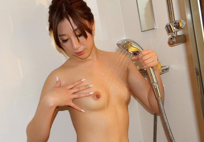 【シャワーエロ画像】寒い日にはシャワーで温まるのが一番!女の子全裸シャワーシーン 62