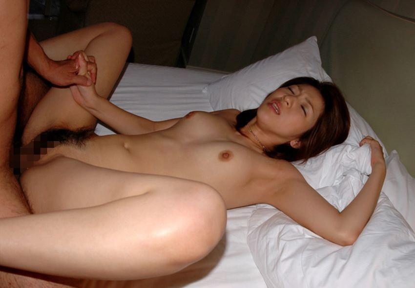【正常位エロ画像】セックスのノーマルな体位とされる正常位って傍から見るとエロいよなw 24