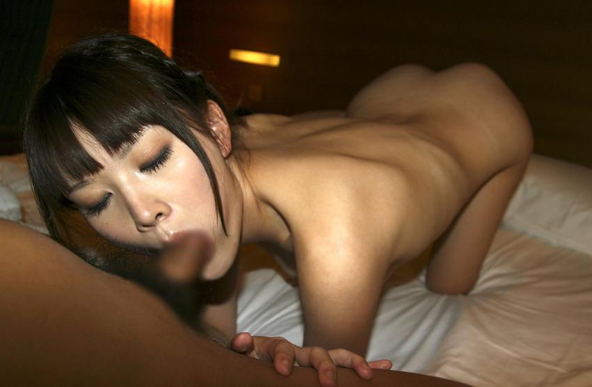 【全裸フェラエロ画像】素っ裸の女の子がチンポ咥えてフェラチオ奉仕! 02