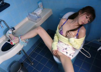 汚いトイレでも平気でオナ○ーする性欲強めの女の子たち(29名)