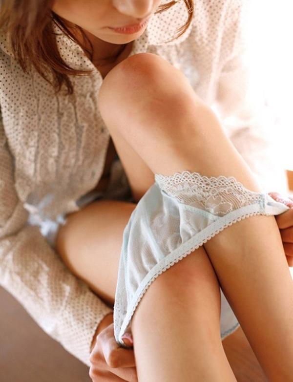 【パンツ半脱ぎエロ画像】脱ぎかけたパンツにフェチ心が動かされるってやつ寄って来い! 19