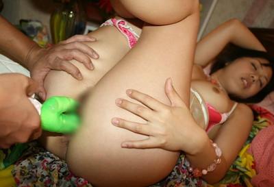 【バイブ責めエロ画像】唸るバイブが女の子のオマンコの内部をかき回す!! 52