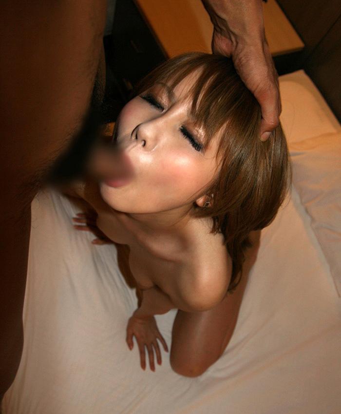 【全裸フェラチオエロ画像】全裸でチンポを咥えるフェラチオ画像にフル勃起したww 81