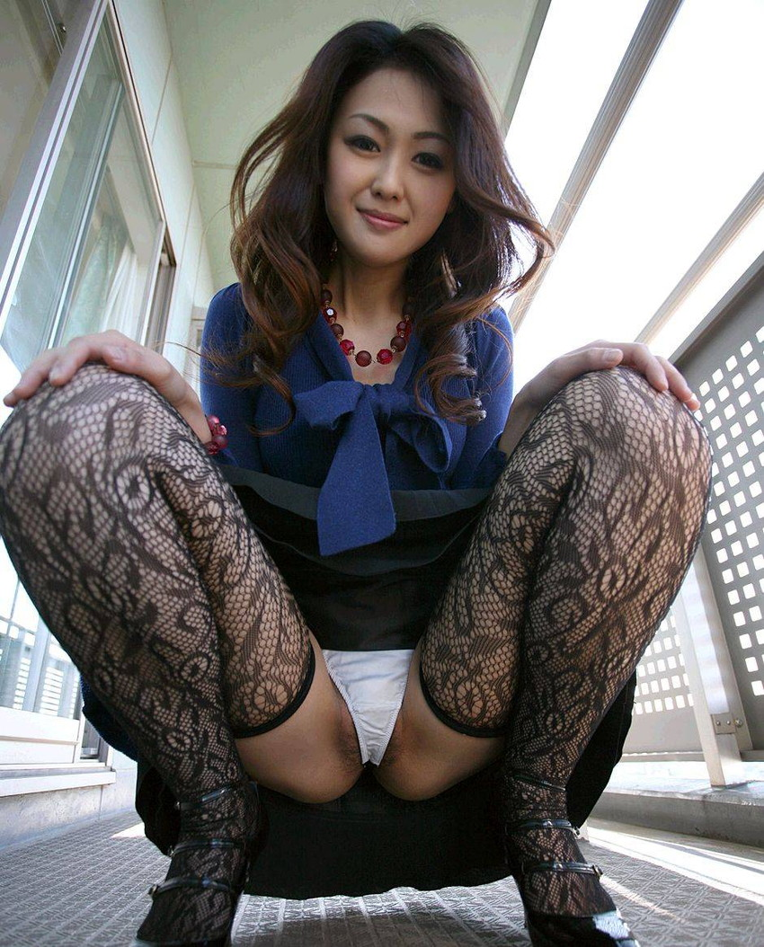 【M字開脚エロ画像】女子に興味があるなら当然女子の股間は見たいよな!?wwww 26