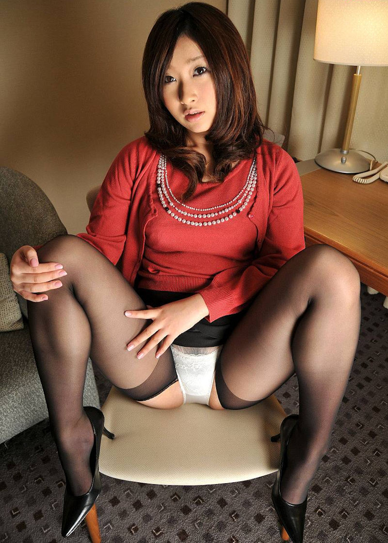 【M字開脚エロ画像】女子に興味があるなら当然女子の股間は見たいよな!?wwww 33