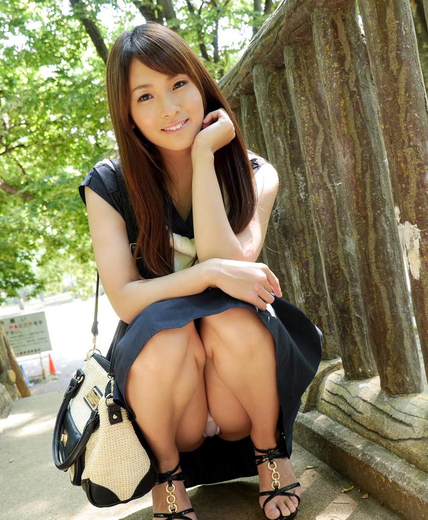 【しゃがみ込みパンチラエロ画像】こんなスカートでこんなポーズ、そりゃ見えるよなww 04