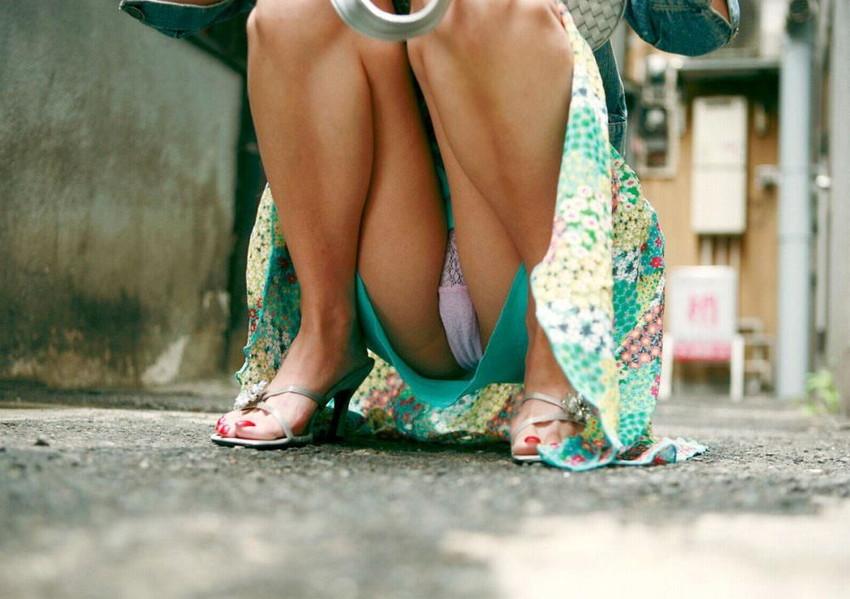【しゃがみ込みパンチラエロ画像】こんなスカートでこんなポーズ、そりゃ見えるよなww 23