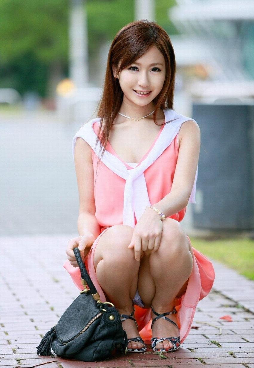 【しゃがみ込みパンチラエロ画像】こんなスカートでこんなポーズ、そりゃ見えるよなww 29