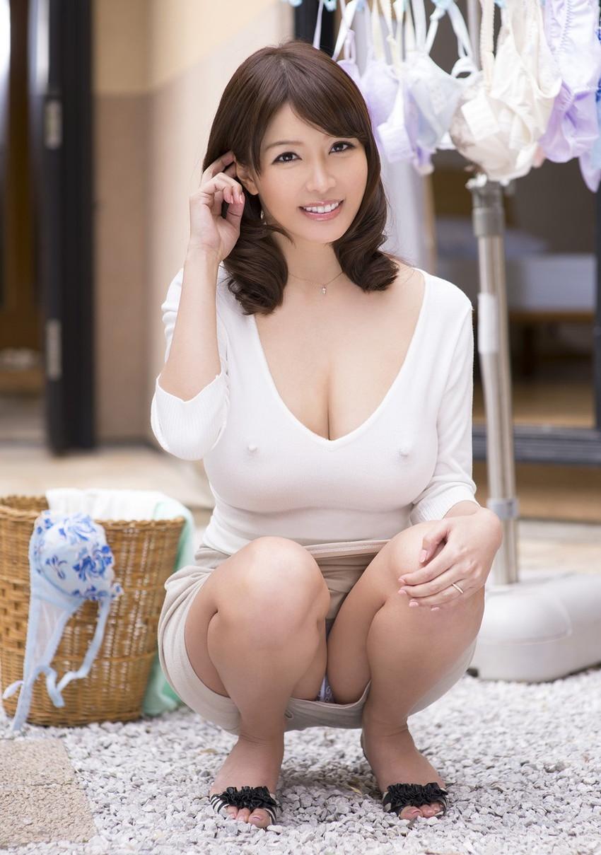 【しゃがみ込みパンチラエロ画像】こんなスカートでこんなポーズ、そりゃ見えるよなww 47