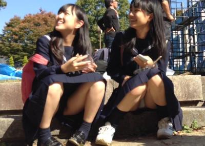 座り込んで女子トークしてる股間が無防備な制服「JK」→正面からパンツを隠し撮りしてる画像!