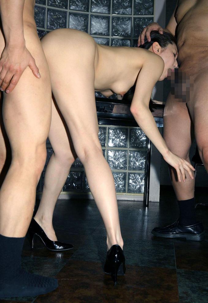 【3Pエロ画像】女性たった一人で二人の男性を相手にする3Pセックスがエロくて草w 38