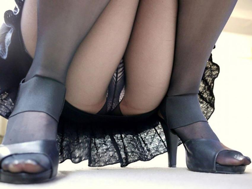 【パンチラエロ画像】しゃがみ込んだ女の子の足の付け根部分にバッチリ写ったもの!