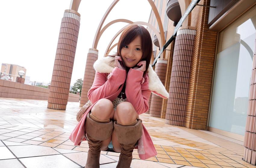 【パンチラエロ画像】しゃがみ込んだ女の子の足の付け根部分にバッチリ写ったもの! 02