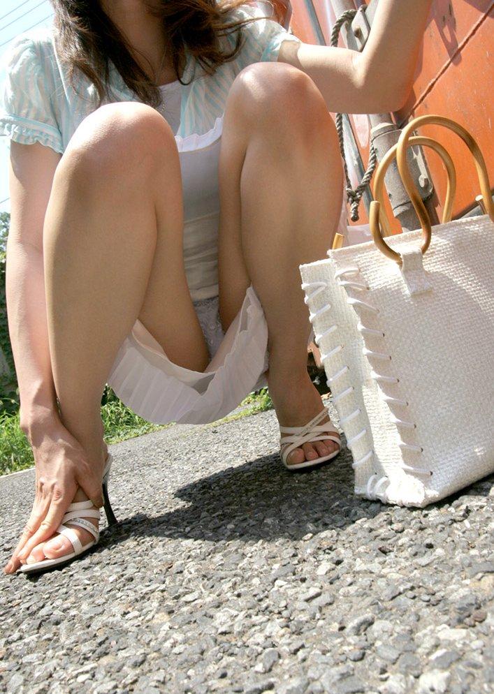 【パンチラエロ画像】しゃがみ込んだ女の子の足の付け根部分にバッチリ写ったもの! 03