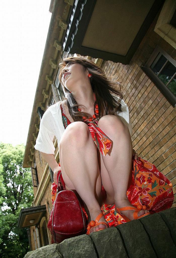 【パンチラエロ画像】しゃがみ込んだ女の子の足の付け根部分にバッチリ写ったもの! 04