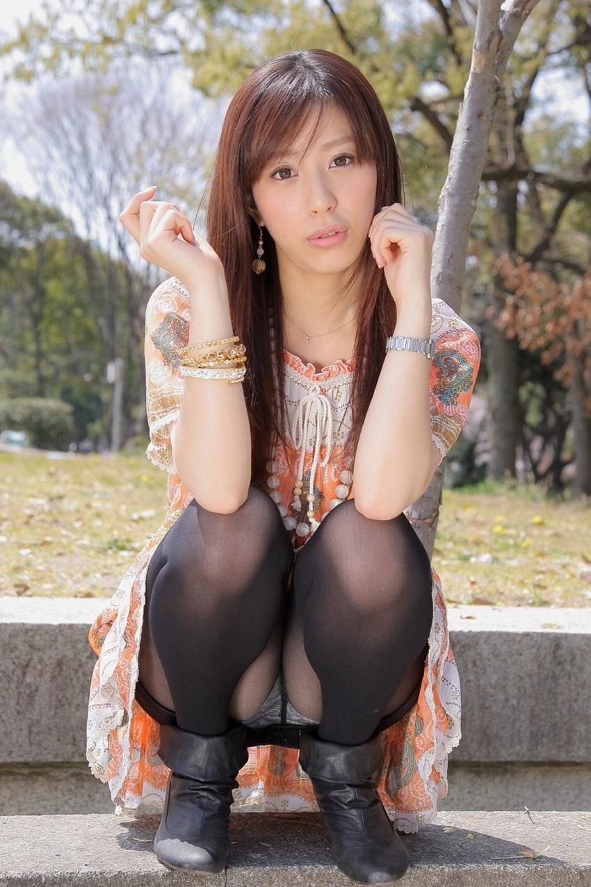 【パンチラエロ画像】しゃがみ込んだ女の子の足の付け根部分にバッチリ写ったもの! 08