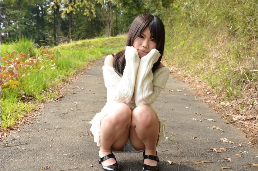 【パンチラエロ画像】しゃがみ込んだ女の子の足の付け根部分にバッチリ写ったもの! 12