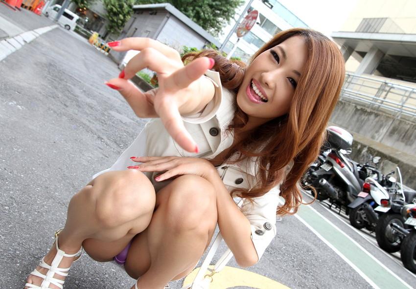 【パンチラエロ画像】しゃがみ込んだ女の子の足の付け根部分にバッチリ写ったもの! 14