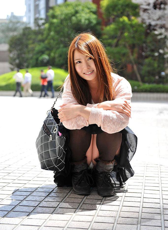 【パンチラエロ画像】しゃがみ込んだ女の子の足の付け根部分にバッチリ写ったもの! 16