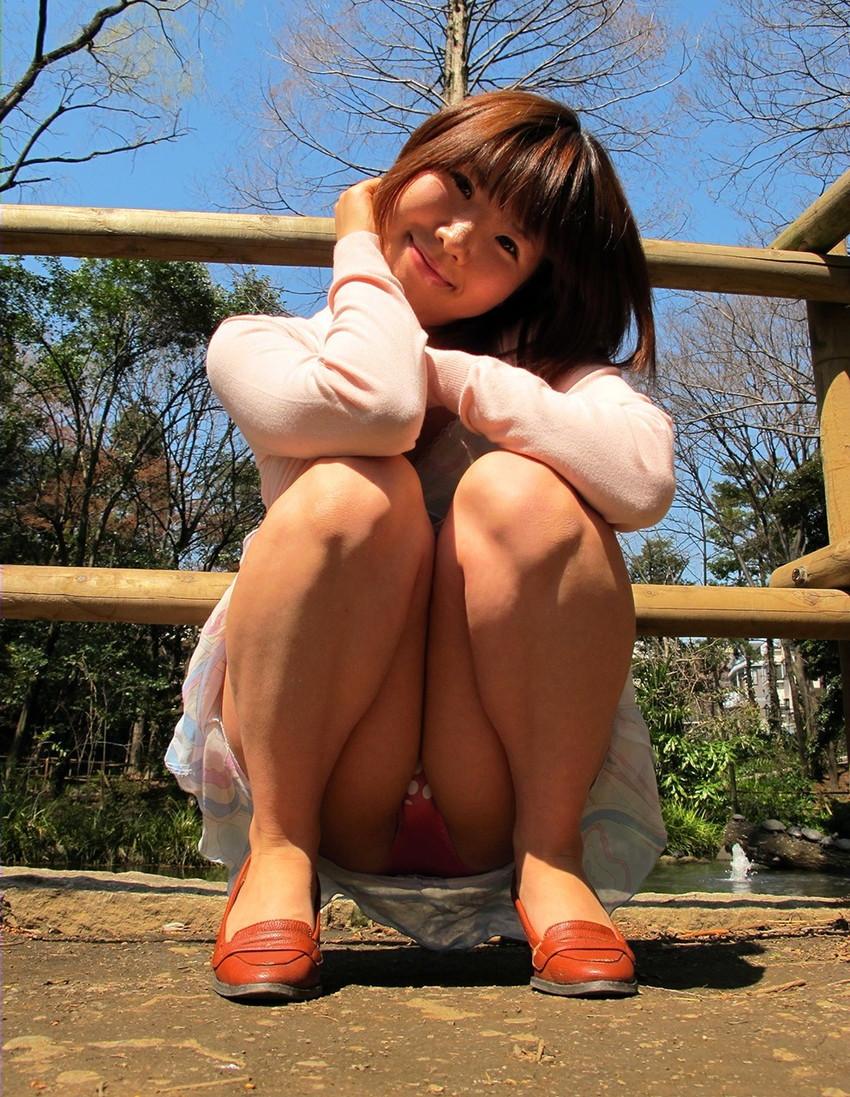 【パンチラエロ画像】しゃがみ込んだ女の子の足の付け根部分にバッチリ写ったもの! 20