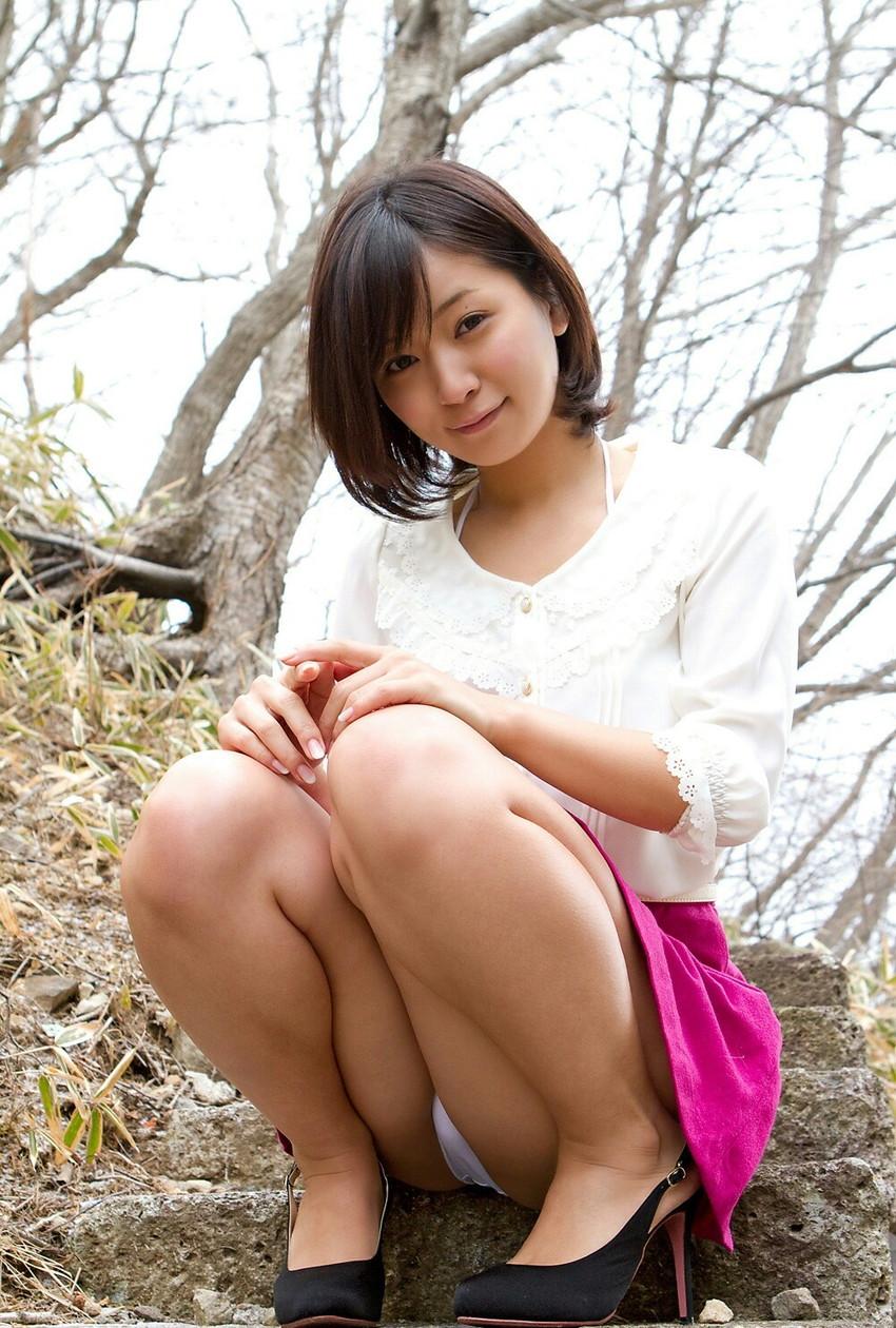 【パンチラエロ画像】しゃがみ込んだ女の子の足の付け根部分にバッチリ写ったもの! 29