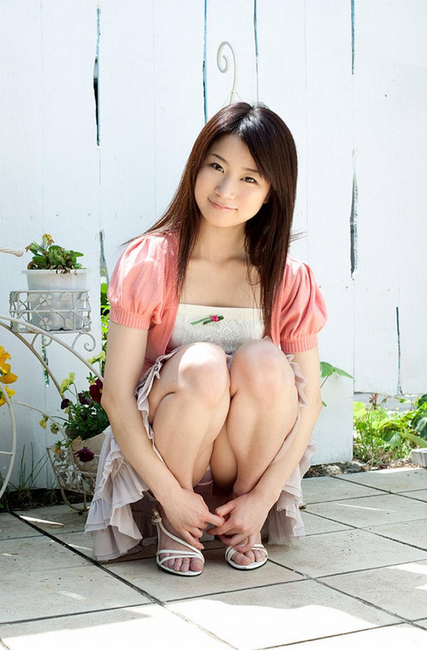 【パンチラエロ画像】しゃがみ込んだ女の子の足の付け根部分にバッチリ写ったもの! 40