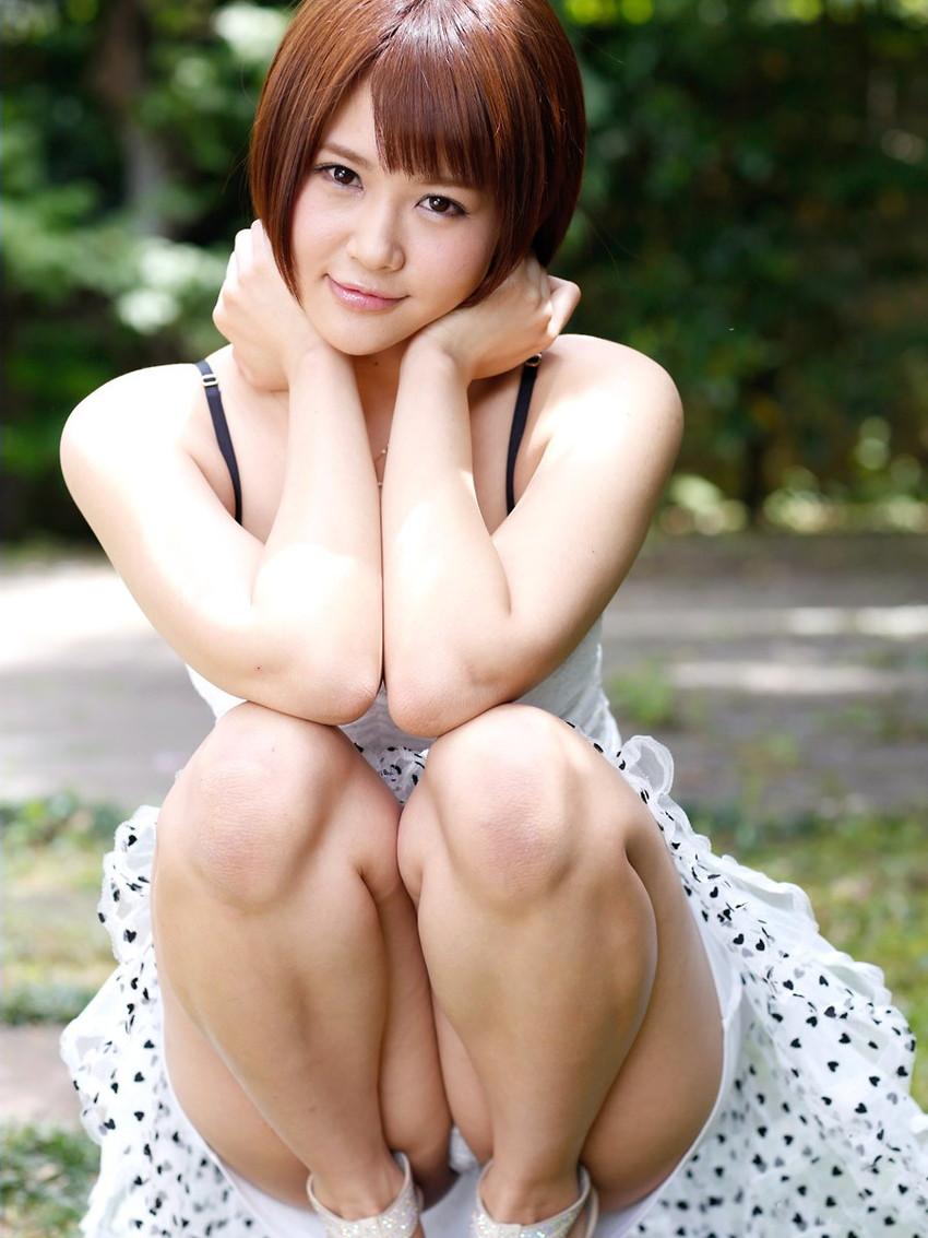 【パンチラエロ画像】しゃがみ込んだ女の子の足の付け根部分にバッチリ写ったもの! 52